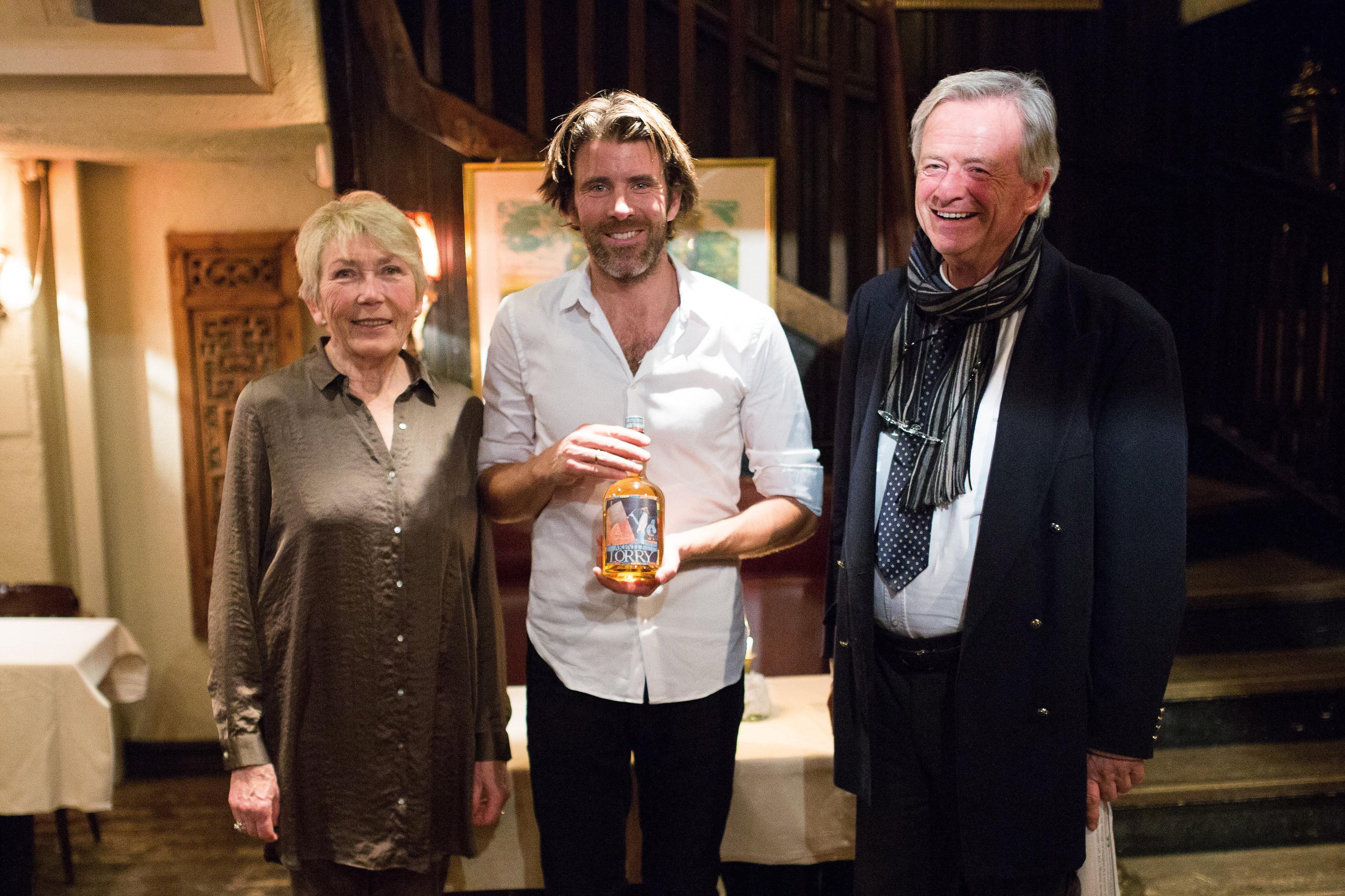 Foto: Nicolai Bauer. Nicolai Bauer har sammen med broren Karl-Axel overtatt driften av Lorry etter sin far Karl-Otto (til høyre). Nylig kunne de feire at Lorry nå også har fått sin egen akevitt.
